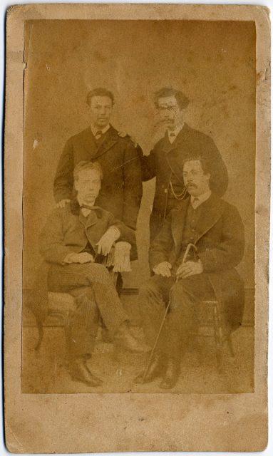 Retrato de cuatro hombres.