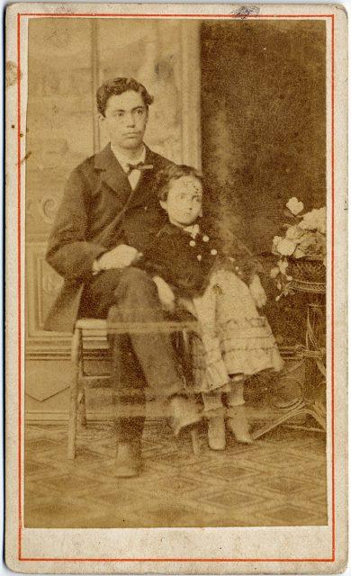 Retrato de un hombre con una niña.