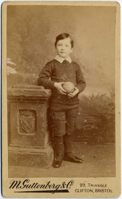 Retrato de un niño con pelota.