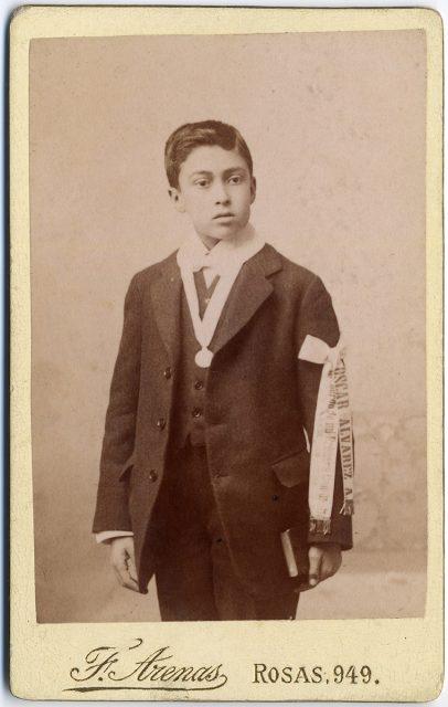 Retrato de Oscar Álvarez A. el día de su comunión.