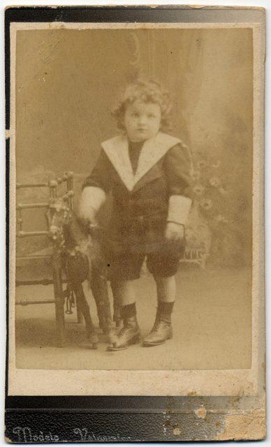 Retrato de un niño con su juguete.