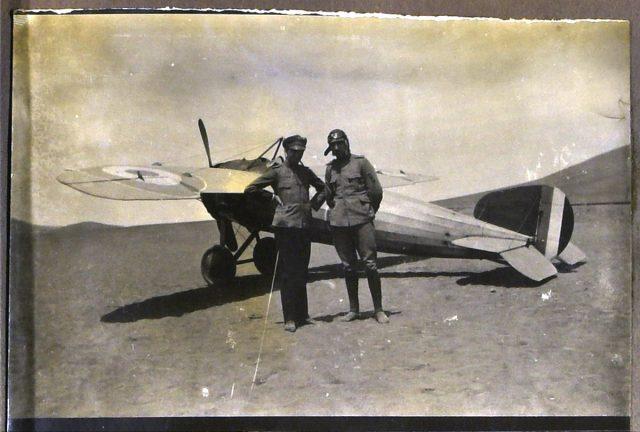 Roberto junto a un camarada y avión