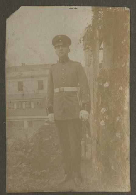 Roberto con uniforme militar