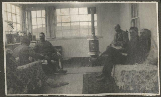 Roberto Erwig compartiendo con grupo en sala de estar