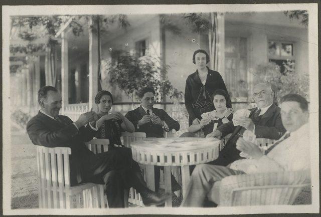 Grupo de personas en torno a una mesa