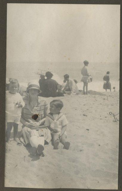 Mujer y dos niños en la playa