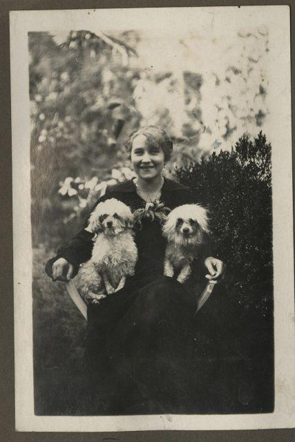 Retrato de Mujer y dos perros
