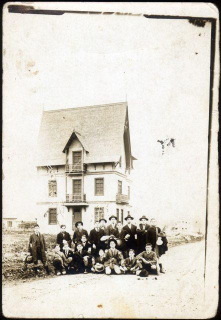 Grupo de niños delante una casa.