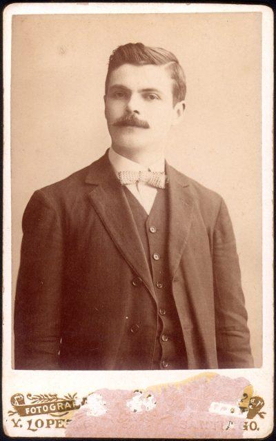 Retrato de hombre con bigote.