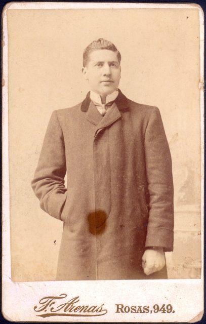Retrato de un hombre con abrigo cerrado.