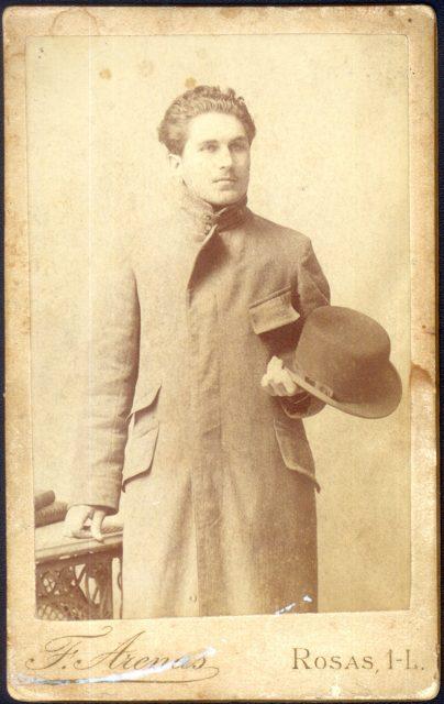 Retrato de hombre con sombrero en la mano.
