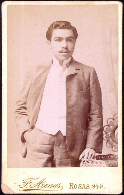 Retrato de un hombre con bigote.