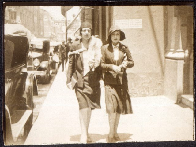 Anita Valdés Anderson y Olga Velasco caminando en una calle.