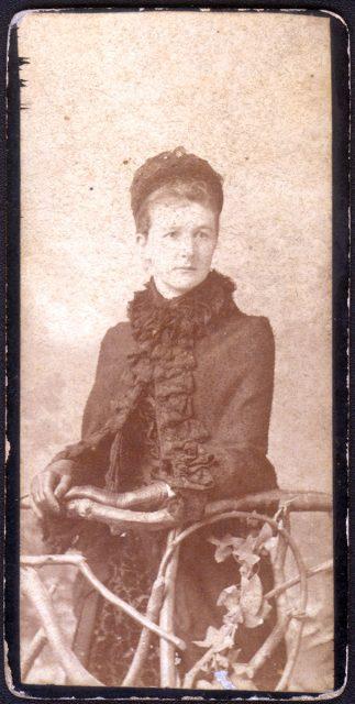 Retrato de una mujer con capa.