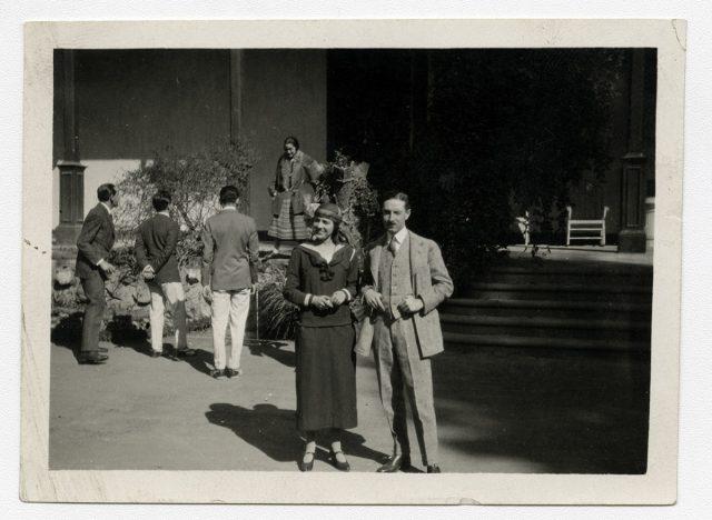 Retrato de pareja en la entrada de un inmueble