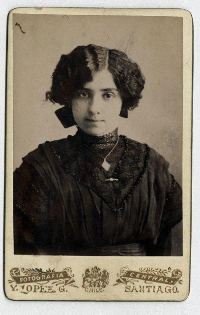 Mujer joven con vestido negro