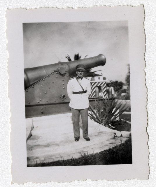 Soldado cerca de un cañón