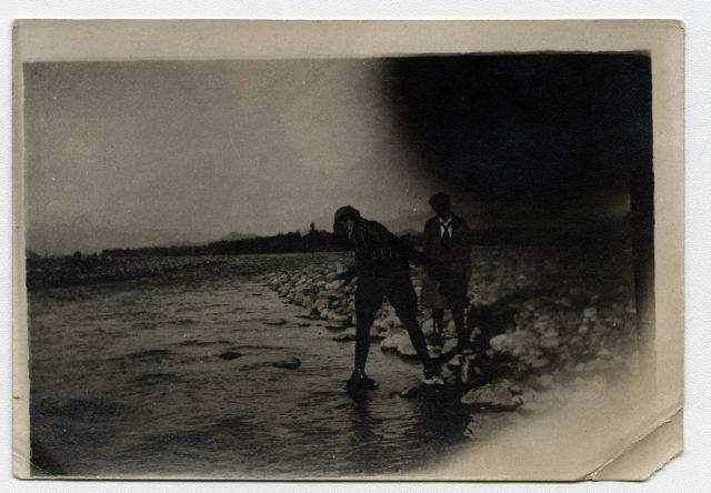 Dos personas junto a un río