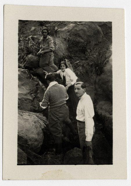 Familia subiendo un cerro