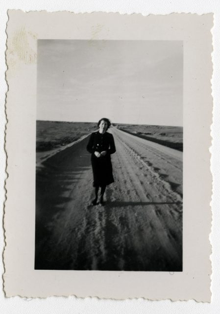 Mujer en medio del camino