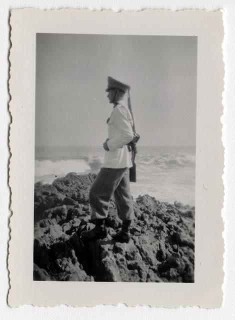 Militar frente al mar