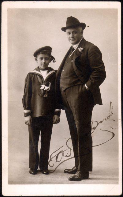 Retrato de un hombre con su hijo.