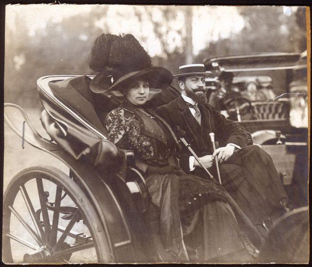 El señor Phillips y su señora en un auto.