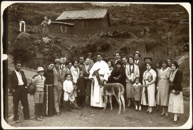 Retrato de un grupo en una aldea.