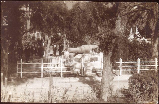 Vista de una plaza con un cañón.