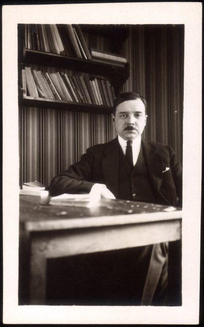 Retrato de un hombre en un escritorio.