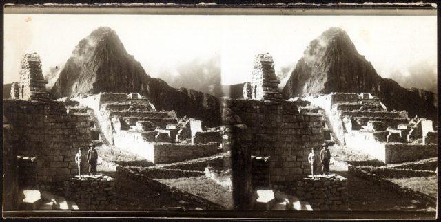 Niños en una ruinas.