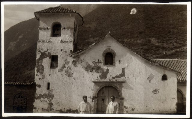 Hombres posando delante una iglesia.