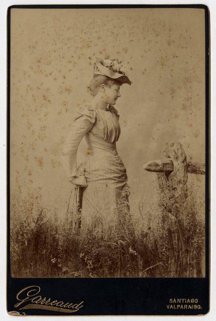 Retrato de una mujer en un campo