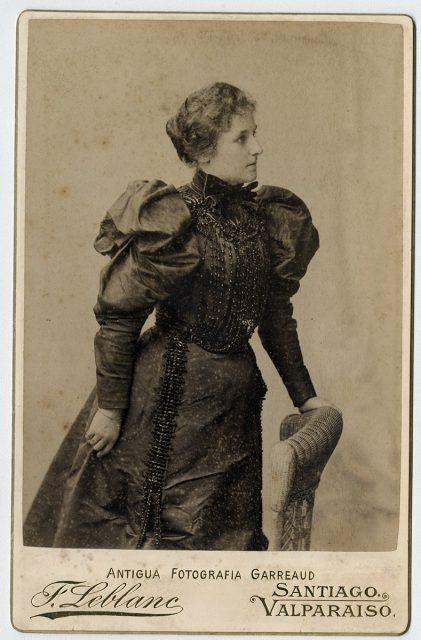 C. Steward Lacksow con vestido negro