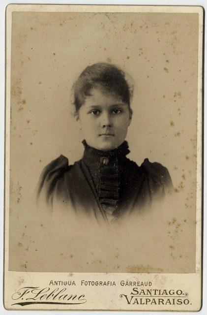 Retrato de una niña con vestido negro