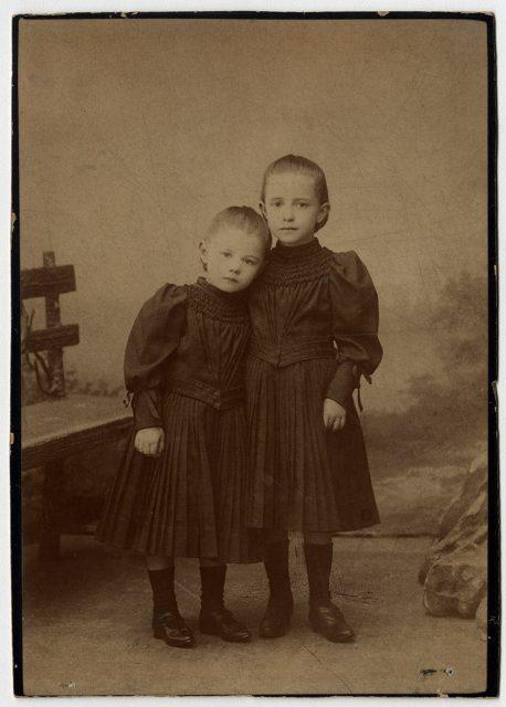 Dos niñas con vestido negro