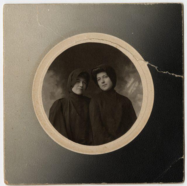 Ana Riesco de Valdés y Blanca Walker de Pery con manto