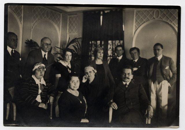 Grupo de personas en una pieza