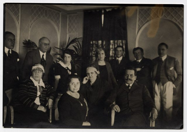 Grupo de personas en un salón