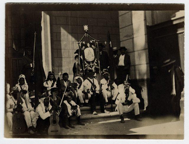 Grupo de Turbantes en la puerta de la Iglesia de Andacollo