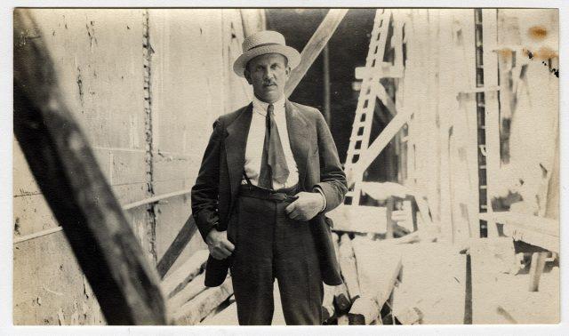 Hombre con sombrero en un edificio en construcción