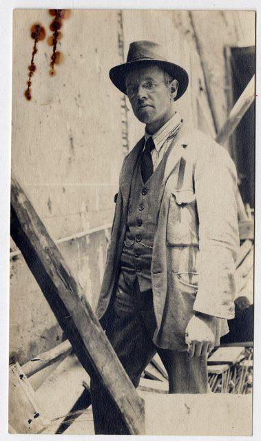 Hombre en un edificio en construcción