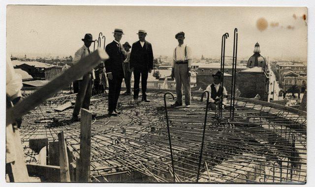 Hombres en un edificio en construcción