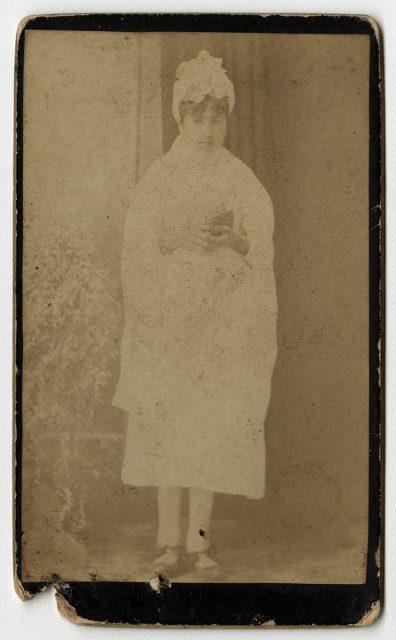 Retrato de una mujer con vestido blanco