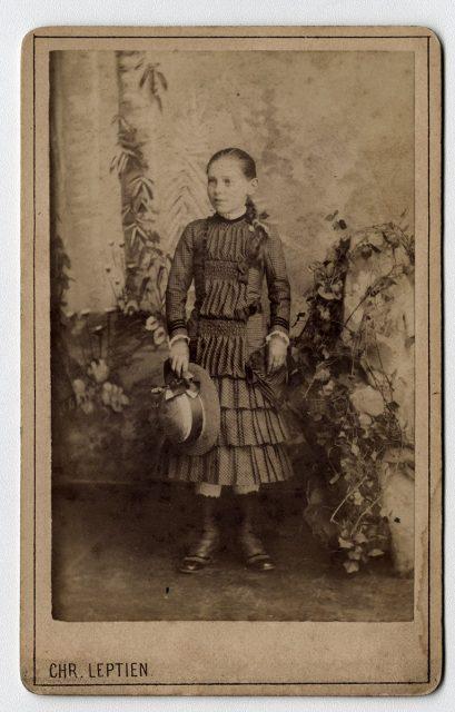 Retrato de una niña con sombrero