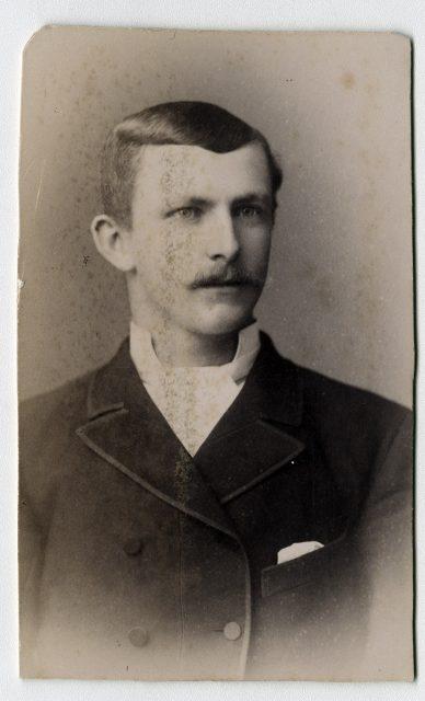 Retrato de hombre con bigote