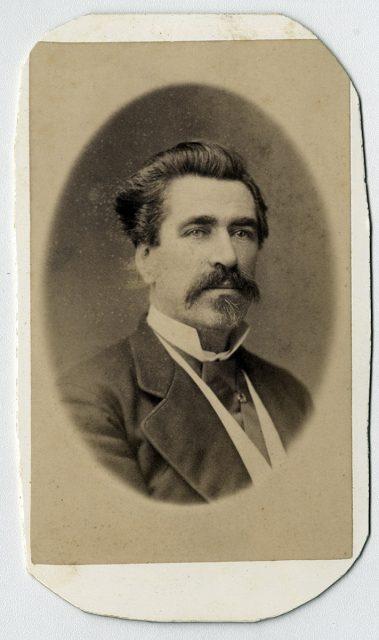Retrato de un hombre con bigote y barba