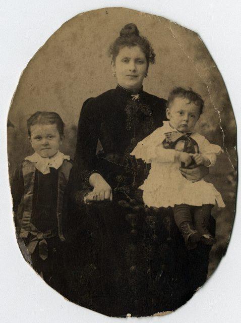 Señora Videla Pinedo de Ossa y sus dos hijos