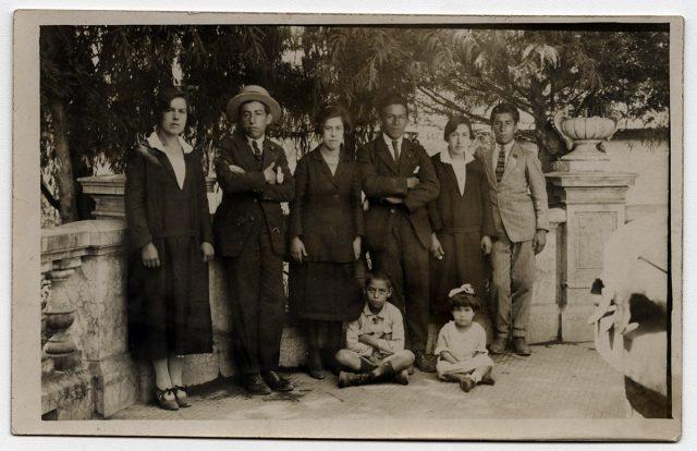 Grupo de personas sobre una terraza