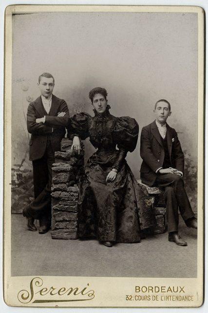 María Bouey Roanne acompañada por Ernesto y Luis Bouey Savagnac